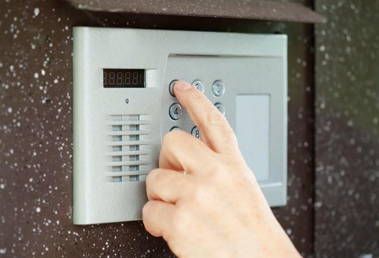 Обязаны ли жильцы дома оплачивать домофон или это расходы УК?
