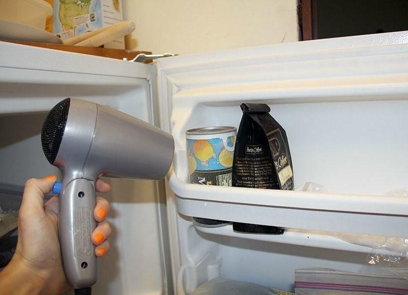 Почему не стоит размораживать холодильник феном?