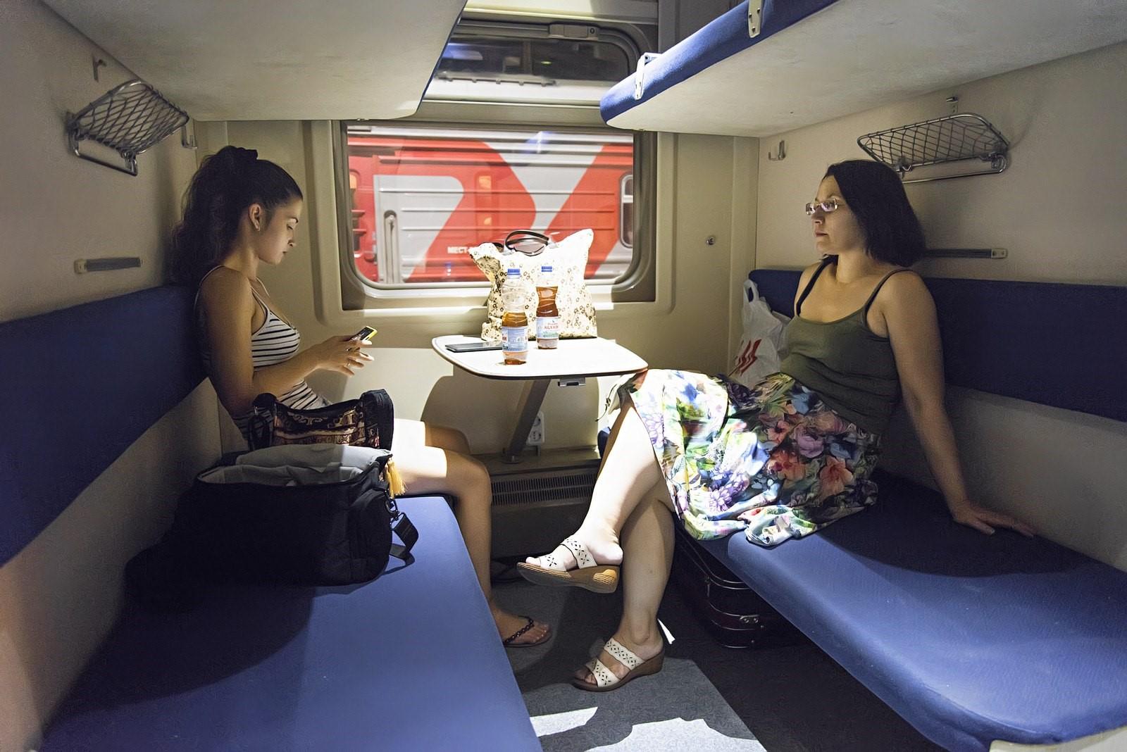 Надо ли уступать другим пассажирам свою полку в поезде