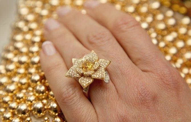 Почему золотые украшения оставляют тёмный след на коже
